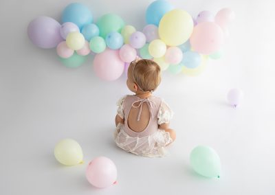 Balloon garland: pastel rainbow / outfit: pastel romper